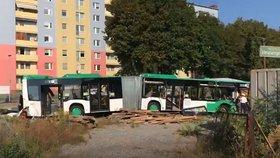 Při srážce vlaku s autobusem v Rakousku zemřela žena. Dalších 11 lidí je zraněných