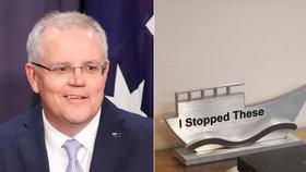 """Australský premiér proti nelegální migraci. """"Tyhle jsem zastavil,"""" ukazuje v kanceláři"""