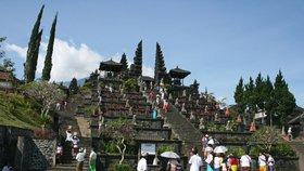 Polonazí turisté u chrámů v ostrovním ráji štvou místní. Guvernér chce přísné řešení