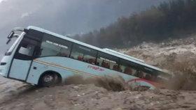 Zájezdový autobus smetla velká voda, přes varování parkoval u rozbouřené řeky v Indii