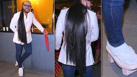 Módní přelud Osmany Laffita: Vlasy po zadek a žabky na špalcích