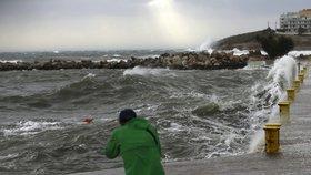 Nevycházejte z domů, radí lidem. Obří bouře se žene k Řecku, ohrožuje i uprchlické tábory