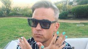 Celebrity na síti: Eva Holubová si užívá noční zábavu a Robbie Williams barevnou manikúru