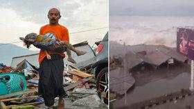 Foto, které rve srdce: Muž s mrtvým dítětem překračuje trosky po tsunami. Již 384 mrtvých