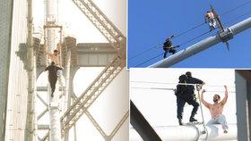 Dramatická záchranná akce v 95 metrech! Policisté zachraňovali sebevraha na mostě