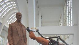 Sochu Masaryka na strojírenském veletrhu frézuje robot Kuka: Prezident v Brně už zůstane