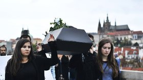 VIDEO: Aktivisté oplakali »zvířecí holokaust«! S rakví a maskami vzdali hold kravám i prasatům