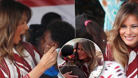 Melanii okouzlily děti v Africe. Usměvavá Trumpová sundala prsten a obula baleríny