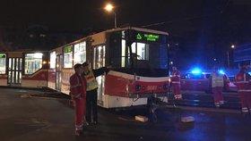V Řepích vykolejila tramvaj. Při karambolu narazila do sloupu a semaforu