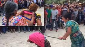Ženu obvinili z krádeže oblečení. Před davem ji zbičovala její vlastní matka!