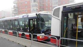 Dva autobusy MHD se srazily ve Lhotce: Šest zraněných
