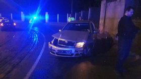 Jedna bouračka mu nestačila: Opilý řidič narazil do několika aut, nakonec havaroval na kolejích