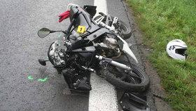 Na Královéhradecku motorkář smetl chodce. Ani jeden nepřežil