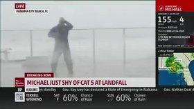 Honba za záběry při hurikánu ho málem zabila. Reportéra jen těsně minul letící strom