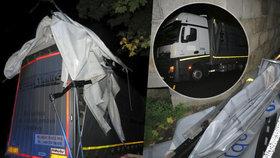 """Řidič náklaďáku s návěsem uvízl pod železničním mostem. Podle policie měl vědět, že se tam """"nevejde"""""""