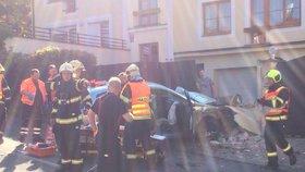 Auto skončilo napasované v betonovém sloupku domu: Při havárii se zranili čtyři senioři