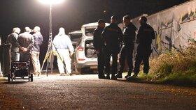 Hrůzný nález v Plzni: V křoví u garáží ležela mrtvola muže