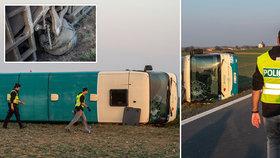 Autobusu s 50 cestujícími praskla pneumatika a převrátil se: Skoro 30 zraněných!