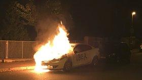 """Byla to pomsta taxikářů? V Krči hořelo auto s nápisem """"Uber"""""""