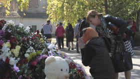 Vladislav (†18) zavraždil 15 spolužáků, tisíce lidí přišly uctít jejich památku