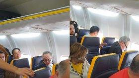 """""""Hnusná černá s*ině!"""" Rasista napadl v letadle postarší ženu"""