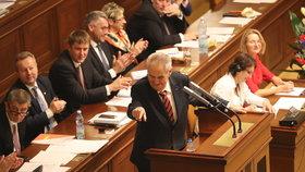Debakl opozice. Žalobu na Zemana smetli ve Sněmovně, pro bylo jen 58 poslanců