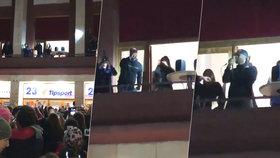 Rapperu Derulovi se v Praze zřítilo pódium: Naštvaným fanouškům zazpíval na parkovišti z balkonu