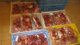 Uvařili školákům prošlé maso? Hygiena jej odhalila ve školní jídelně v Kostelci