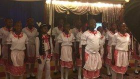Českou lidovku i hymnu zpívaly keňské děti. Nadšeně slavily 100 let republiky