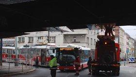 U Folimanky strhl dvoupatrový autobus trolej. Hodinu tu jezdila náhradní doprava
