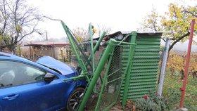 Eliška po nárazu do plotu zůstala uvězněna v autě: Nikdo nezastavil, aby jí pomohl!