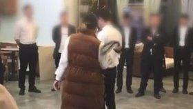 Video ukazuje, jak jsou zaměstnanci čínské firmy biti a nuceni pít moč.