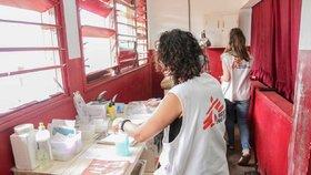 Pomatení mysli a halucinace. První Češka (49) bojuje v nemocnici s následky malárie