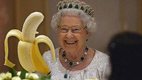 Královna jí banány vidličkou a nožem: Aby přitom nevypadala jako opice