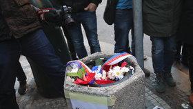 Kytice od Babiše i Zemana skončily v koši: Fašistická lůza, rozzuřil se Ovčáček