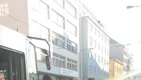 Mladík skončil pod koly tramvaje a vážně se zranil! Zenklova byla neprůjezdná