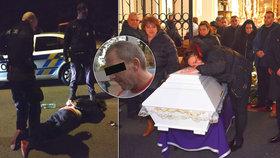 Drogový boss ji zastřelil před zraky jejich syna (5): Zavražděnou krásku z Rokycan pohřbili v bílé rakvi