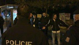 Napadli ženu a ani po příjezdu policistů si nedali říct. Tři muži skončili v poutech