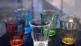 Nerozbitné skleničky ze zapomenuté sklárny: Museum Portheimka připomíná slavné dny Inwaldu