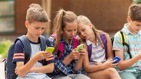 Je vaše dcera závislá na mobilu? Takhle to poznáte!