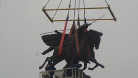 Lidé už nechtěli koukat na koňské zadky. Úřady po 25 letech sochu jezdectva otočily