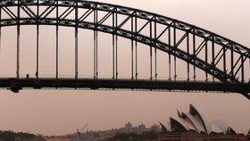 """Sydney zahalila písečná mlha. """"Uzemnila"""" letadla, lidé nemohli dýchat"""