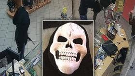 Mladíci v maskách přepadli benzinku! Prodavač se bránil koštětem