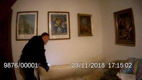 Muž ve spánku spadl z postele a zavalila ho matrace: Na pomoc mu přispěchala policie!