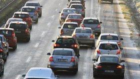 Dálnice D10 stála ve směru na Prahu: D5 u Rokycan byla uzavřena kvůli kamionu