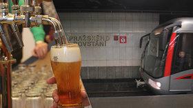 Opilecká hra v metru: Cizinci našli novou zábavu v Praze, vyváznou bez pokuty