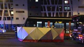Muž zemřel po srážce s tramvají ve Švehlově: Policie hledá svědky! Totožnost mrtvého stále nezná