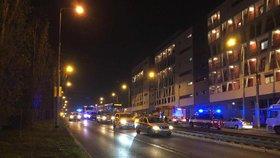 Ve Švehlově ulici se srazila tramvaj s autem: Řidiče vozu vyprošťovali hasiči