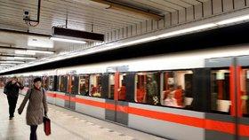 Metro C zastavila technická závada! Po celé trase nejezdilo téměř půl hodiny