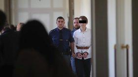 Pokus o vraždu dívky v Horních Měcholupech: Mladík si odsedí čtyři roky, jeho přítelkyně tři, potvrdil soud